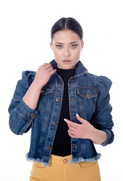 Jaqueta Jeans Lisa Azul Escuro com Manga Bufante e Barra Desfiada