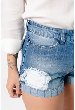 Shorts Jeans Curto com Detalhe Destroyed Risca de Giz